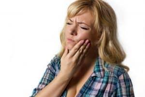 אפטה -אפטות בפה- אישה סובלת מכאבים של אפטה