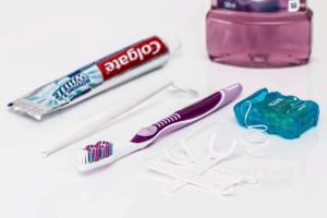 חוט דנטלי מברשת ומשחת שיניים